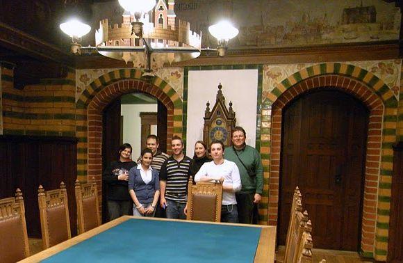 Gruppen fotografet i den gamle byrådssal